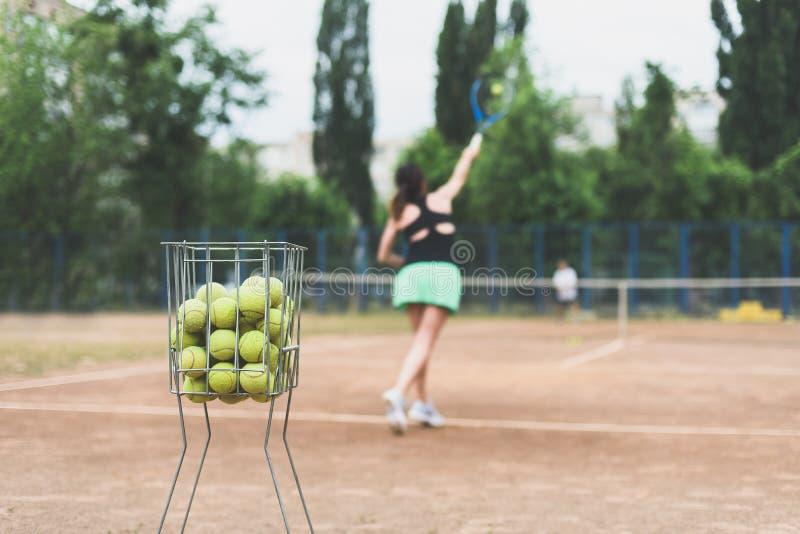 Mulher do jogador de tênis Mulheres bonitas dos esportes no exercício da aptidão Estilo de vida saudável no ambiente do verão fotografia de stock