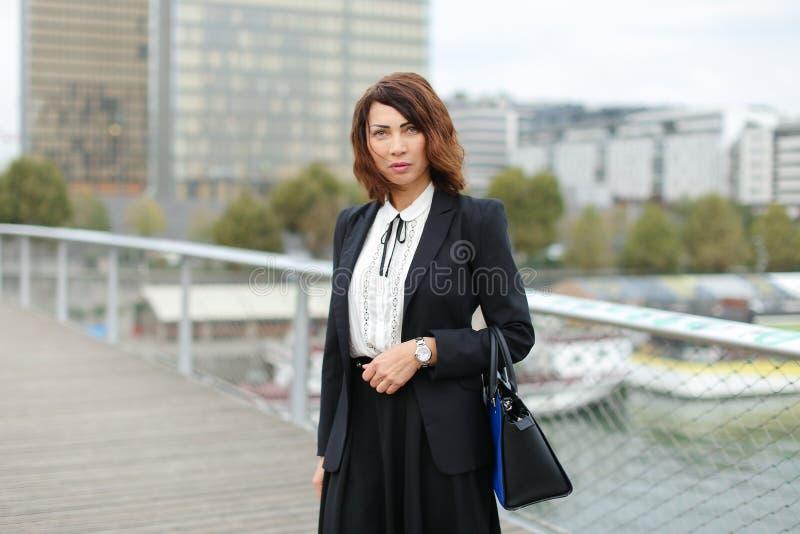 a mulher do journalista na roupa do negócio vai trabalhar fotografia de stock