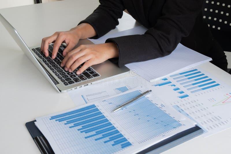Mulher do líder de negócio que analisa as cartas e os gráficos para o objetivo novo imagens de stock royalty free