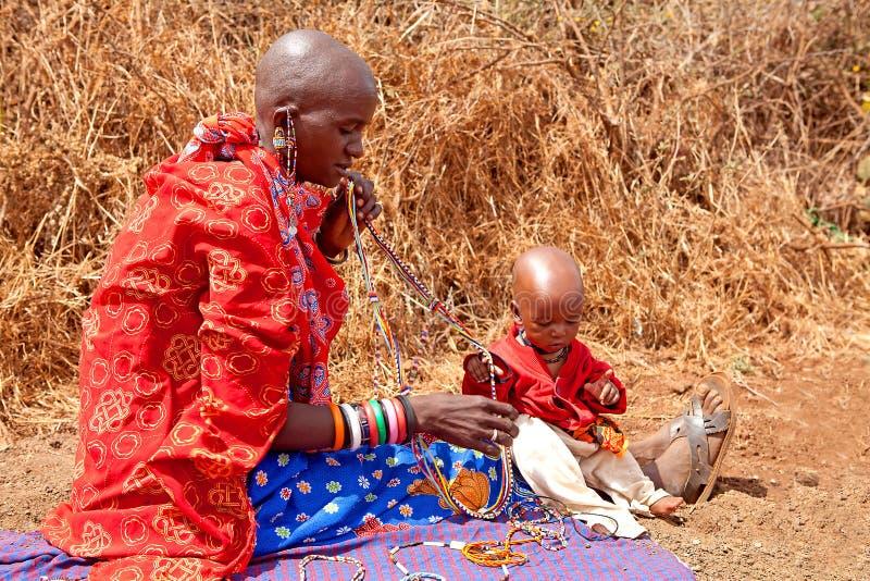 Mulher do Masai com criança imagem de stock royalty free