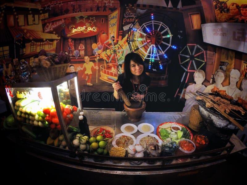 Mulher do mercado da Papaia-salada fotos de stock royalty free
