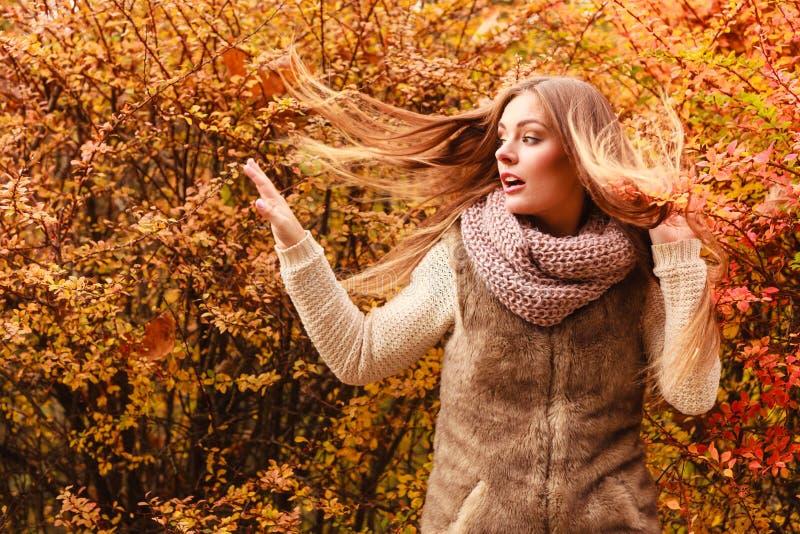Mulher do mistério contra as folhas outonais exteriores fotografia de stock