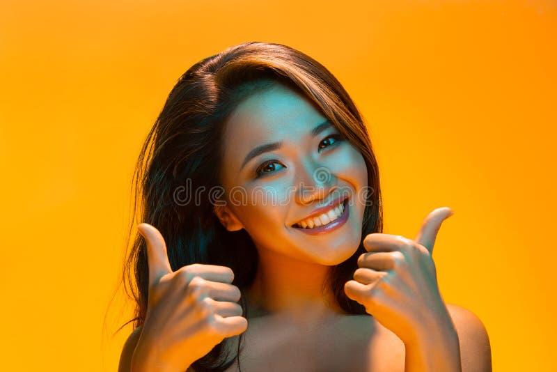 Mulher do modelo de alta-costura nas luzes brilhantes coloridas que levantam no estúdio foto de stock royalty free