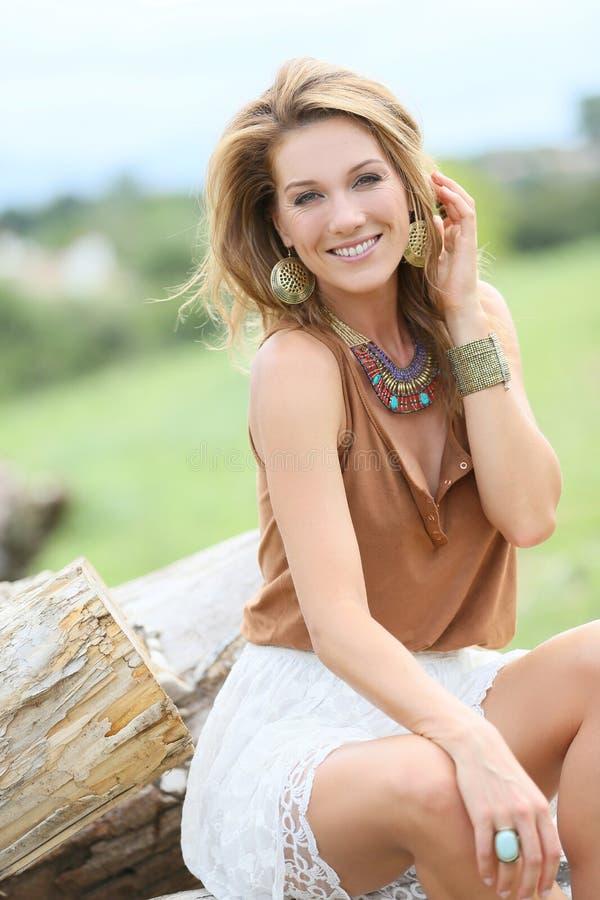 Mulher do modelo de forma com estilo do hippy imagem de stock royalty free