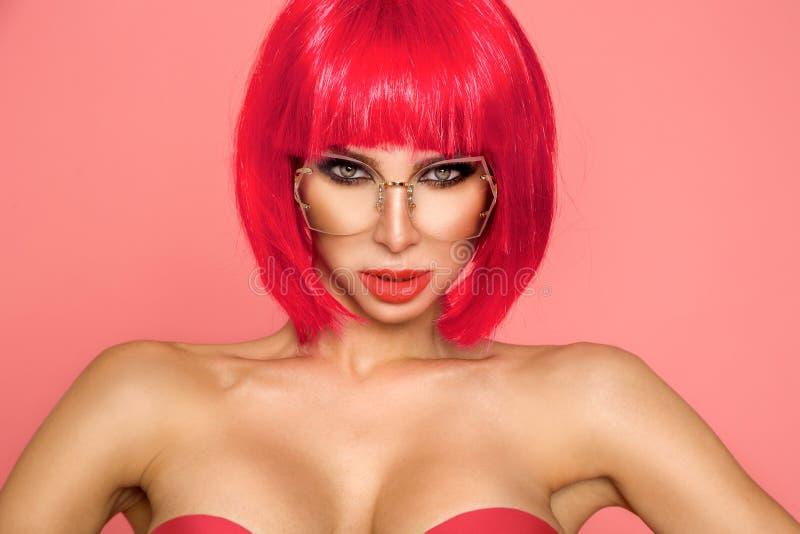 Mulher do modelo de forma da beleza com cabelo tingido colorido Menina com composi??o e penteado perfeitos Modelo com cabelo ting fotos de stock royalty free