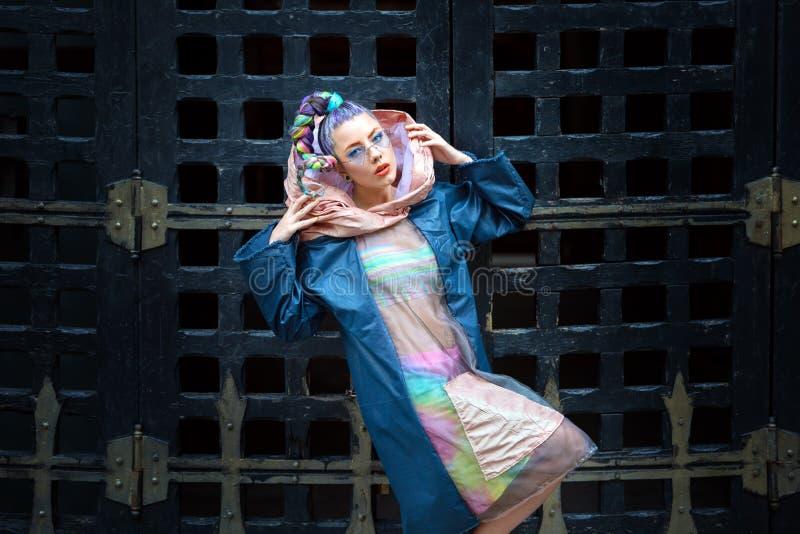 Mulher do modelo de forma da rua do moderno com o cabelo louco que veste a roupa funky na moda foto de stock royalty free