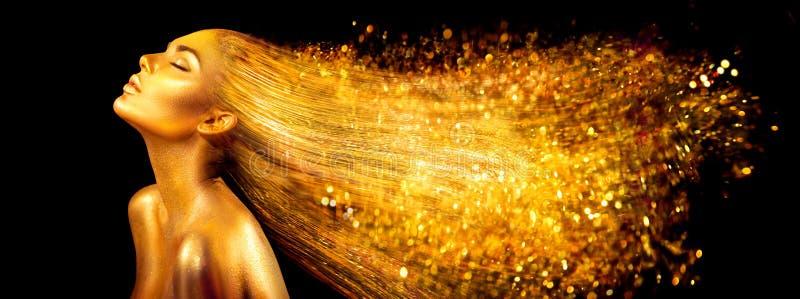 Mulher do modelo de forma em sparkles brilhantes dourados Menina com o close up dourado do retrato da pele e do cabelo foto de stock