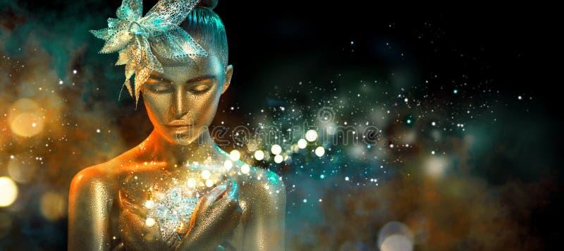 A mulher do modelo de forma em sparkles dourados brilhantes coloridos e as luzes de néon que levantam com fantasia florescem Retr fotos de stock
