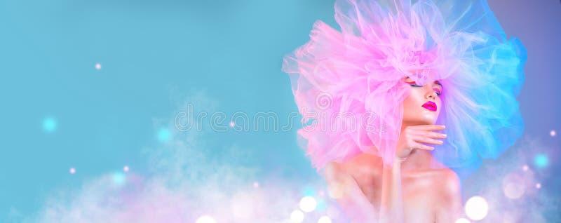 Mulher do modelo de forma no levantamento brilhante colorido das luzes, retrato da menina 'sexy' bonita com composição na moda e  fotografia de stock