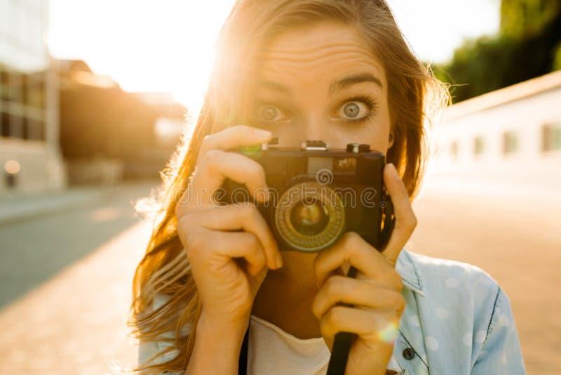 Mulher do moderno com a câmera retro do filme fotografia de stock royalty free