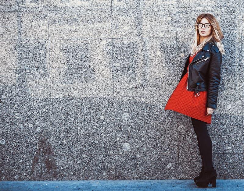 Mulher do moderno no equipamento ocasional à moda do verão imagem de stock royalty free