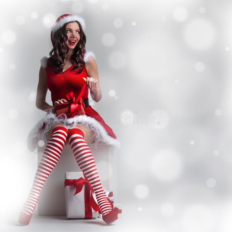 Mulher do Natal com presente fotos de stock