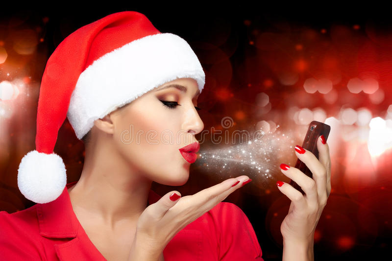 Mulher do Natal em Santa Hat Taking um Selfie que envia beijos foto de stock royalty free