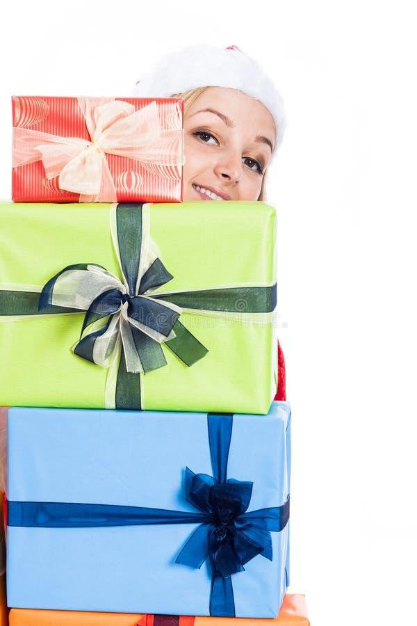 Mulher do Natal feliz atrás dos presentes imagens de stock
