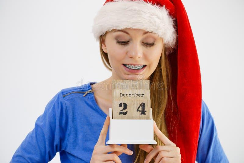 Mulher do Natal que guarda o calendário fotos de stock royalty free