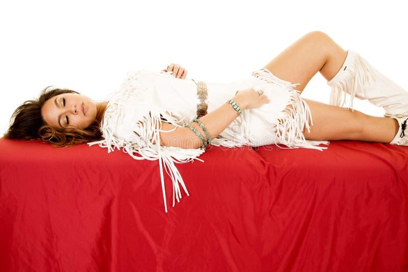 A mulher do nativo americano repõe no joelho fechado dos olhos vermelhos da folha acima foto de stock royalty free