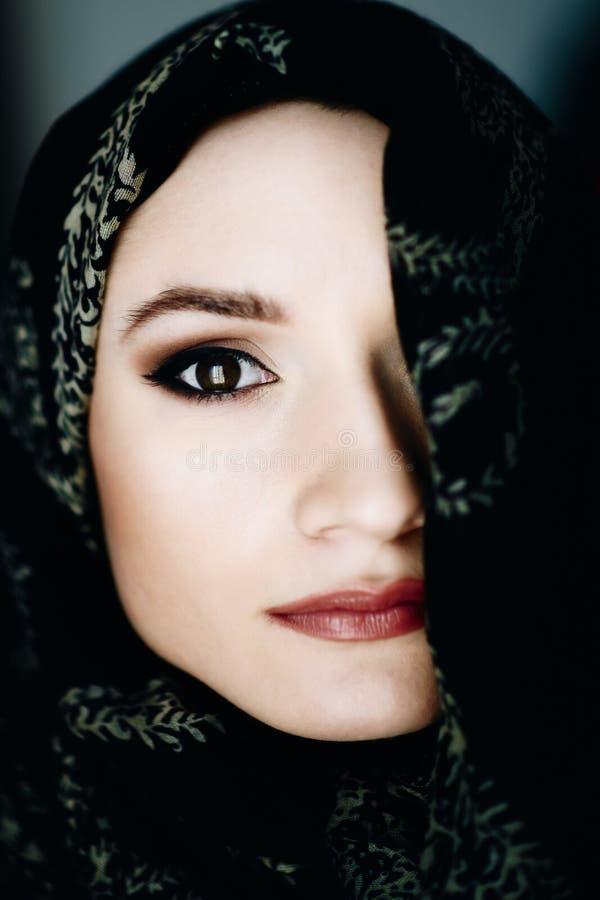 Mulher do Oriente Médio bonita da afiliação étnica que veste um hijab imagem de stock