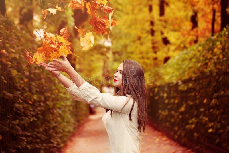 Mulher do outono ao ar livre Modelo de Fasion da mulher que joga acima Fal foto de stock