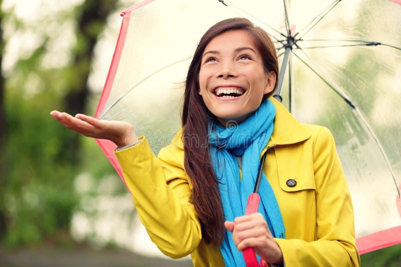 Mulher do outono feliz após o guarda-chuva de passeio da chuva fotos de stock