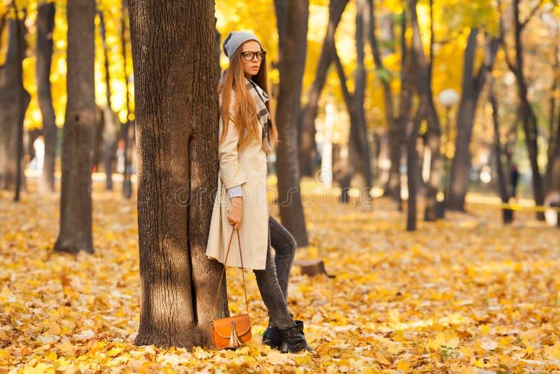 Mulher do outono nas folhas Menina loura do estilo no parque bonito do outono imagens de stock royalty free