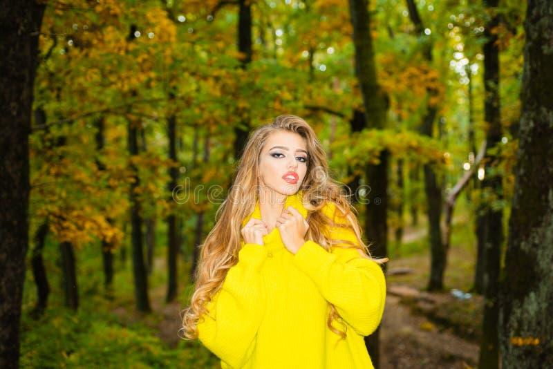 Mulher do outono que tem o divertimento no parque e no sorriso Jovem mulher despreocupada no pul?ver vermelho ou na camiseta do v fotos de stock royalty free