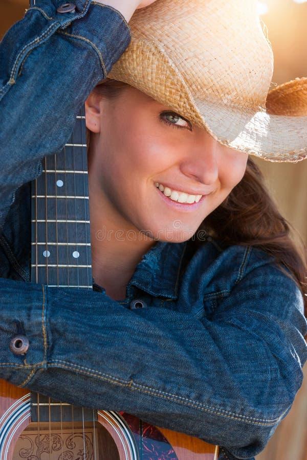 Mulher do país que guarda a guitarra fotografia de stock