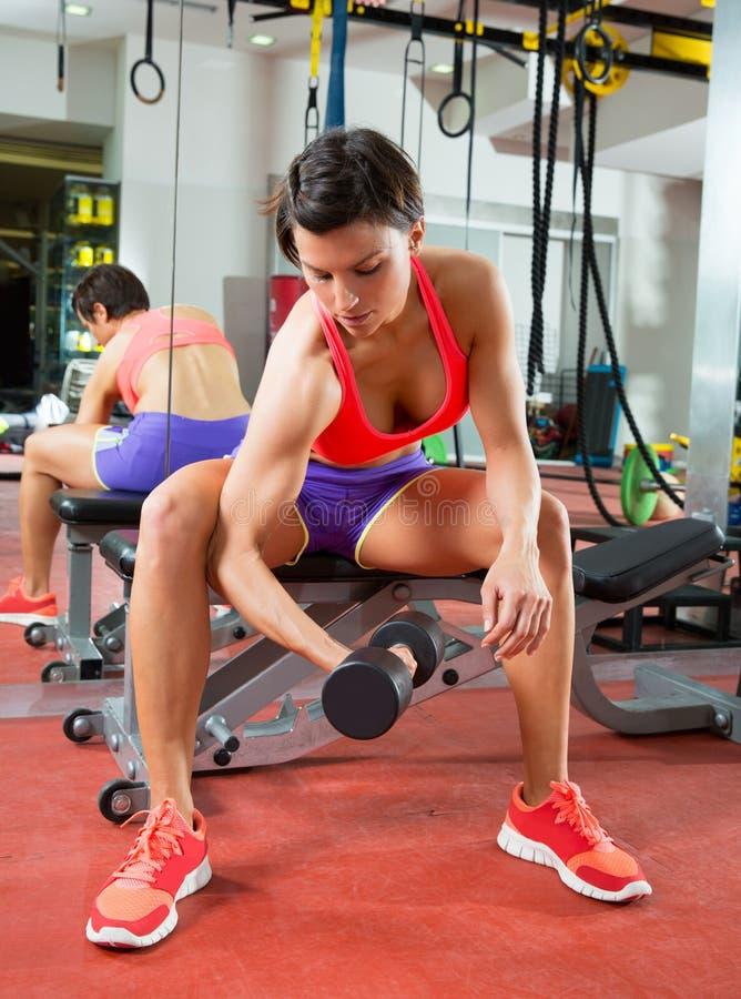 Mulher do peso do levantamento de peso da aptidão de Crossfit no espelho imagens de stock