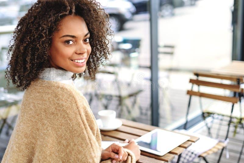 Mulher do prazer que descansa em um café fotografia de stock royalty free