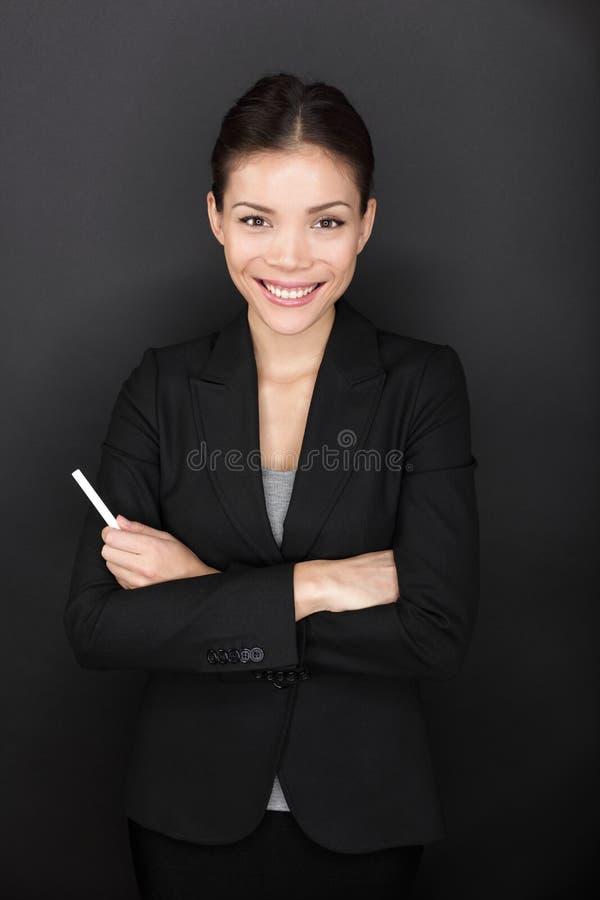 Mulher do professor com o retrato feliz de sorriso do giz fotografia de stock royalty free