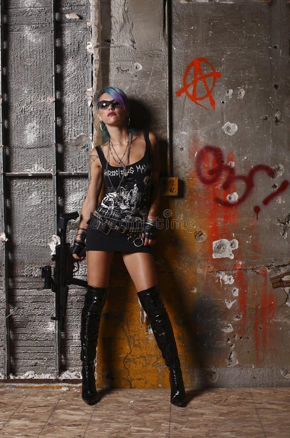 Mulher do punk com rifle imagens de stock