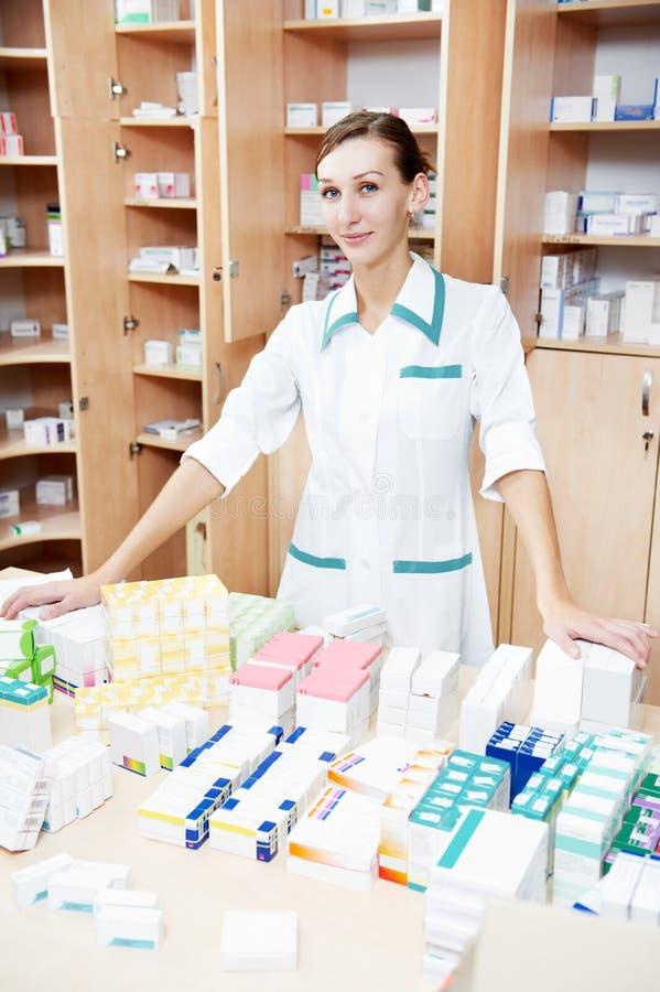 Mulher do químico da farmácia com tabuletas imagem de stock