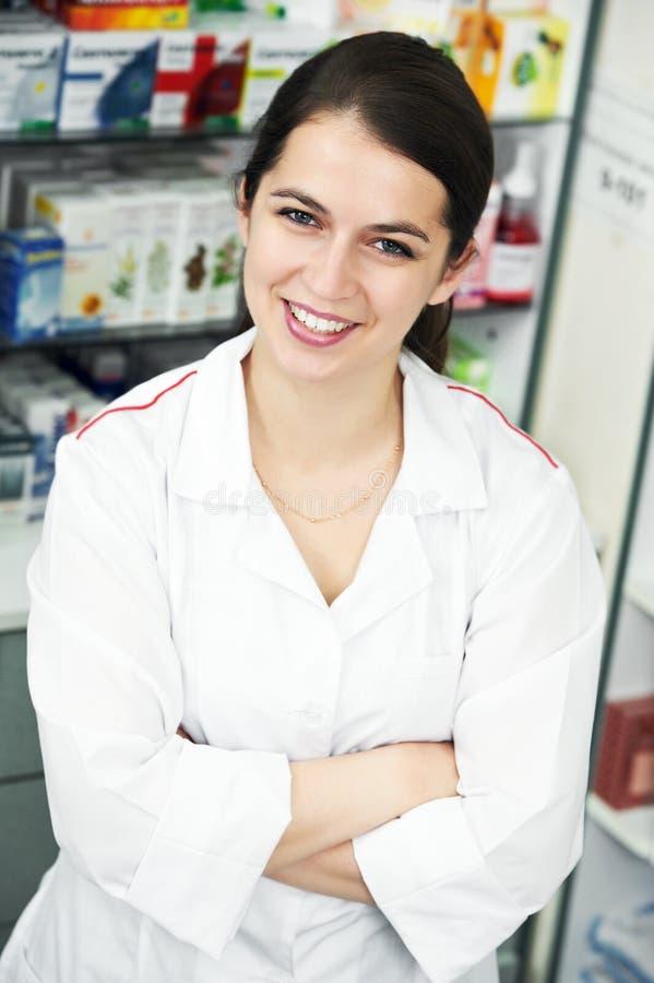Mulher do químico da farmácia na drograria fotografia de stock