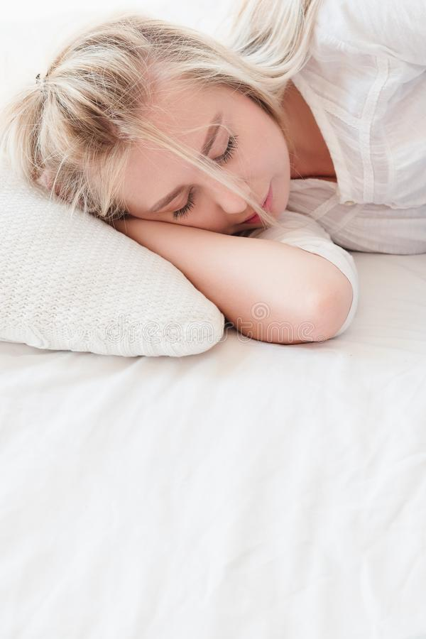 Mulher do resto das horas de dormir da manhã para dormir pacificamente cama imagens de stock royalty free