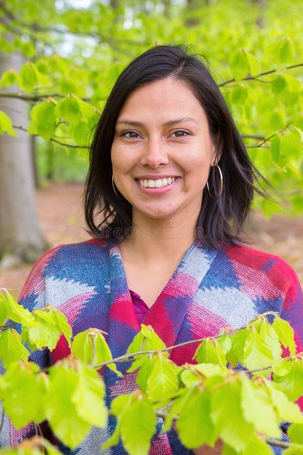 Mulher do retrato com as folhas do verde na mola imagens de stock royalty free