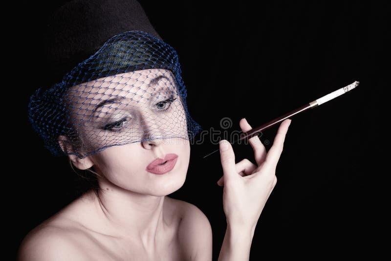 Mulher do retrato com o cigarro em sua mão Estilo retro fotos de stock royalty free