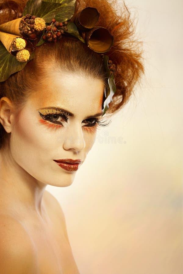 Mulher do retrato da beleza na composição do outono fotos de stock royalty free