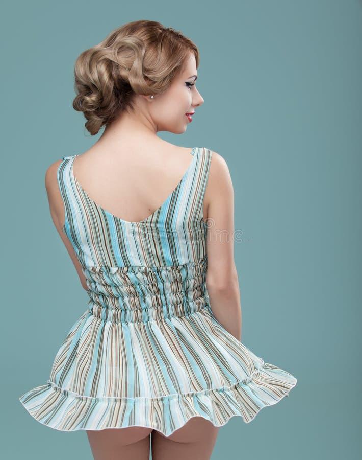 Mulher do retrato da beleza que desgasta um mini vestido fotografia de stock royalty free