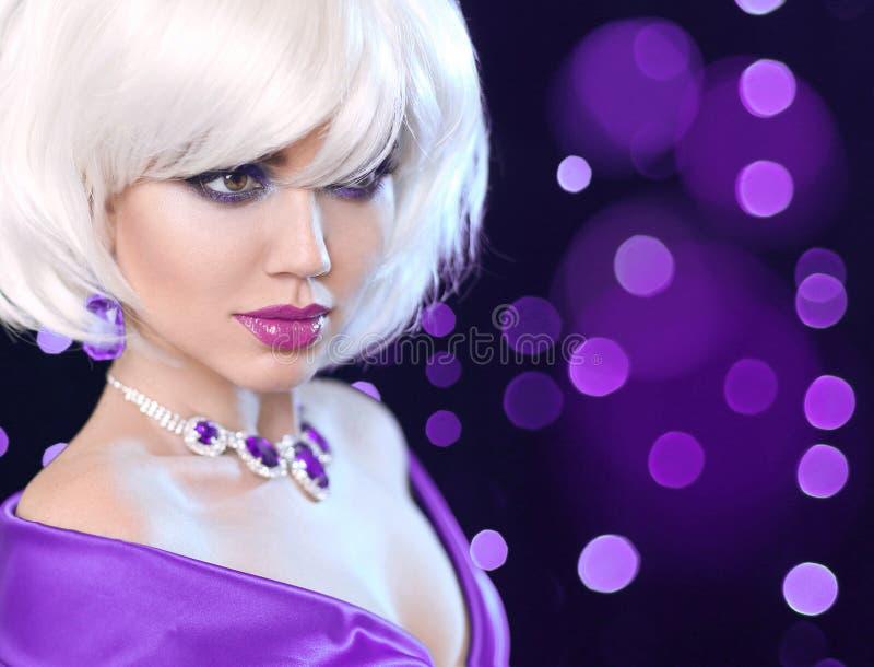 Mulher do retrato da composição da beleza Forma Bob Blond Girl Shor branco foto de stock