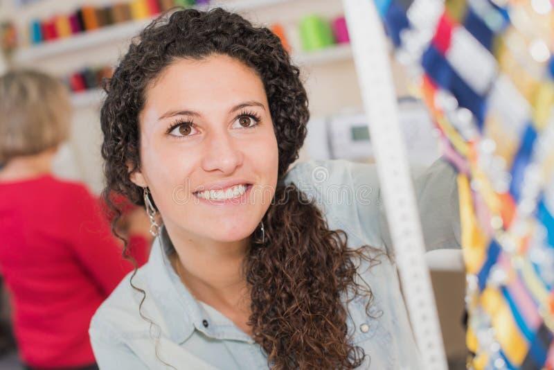 Mulher do retrato na loja das miudezas fotos de stock royalty free