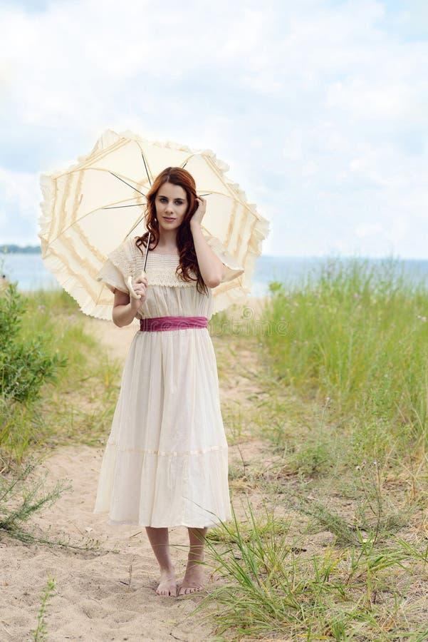 Mulher do ruivo do vintage na fuga da praia imagens de stock royalty free