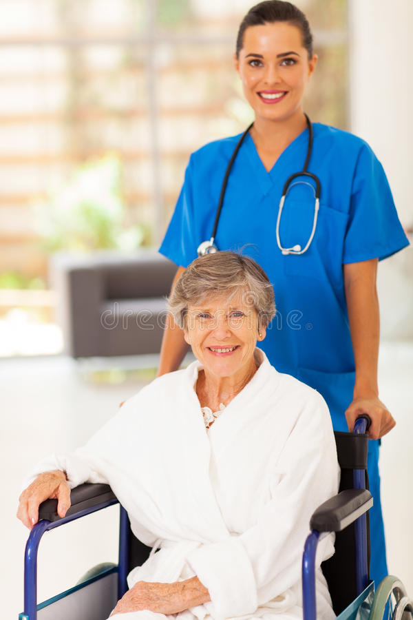 Mulher do sénior da enfermeira imagem de stock royalty free