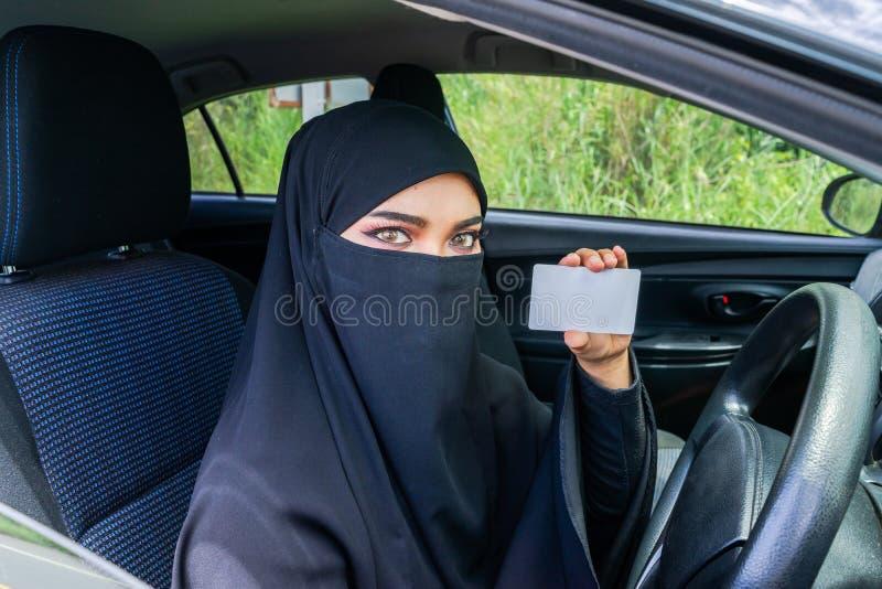 Mulher do saudita que conduz um carro na estrada fotografia de stock royalty free