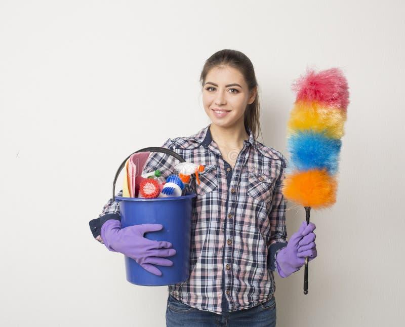 Mulher do serviço da limpeza que apresenta uma placa vazia foto de stock royalty free