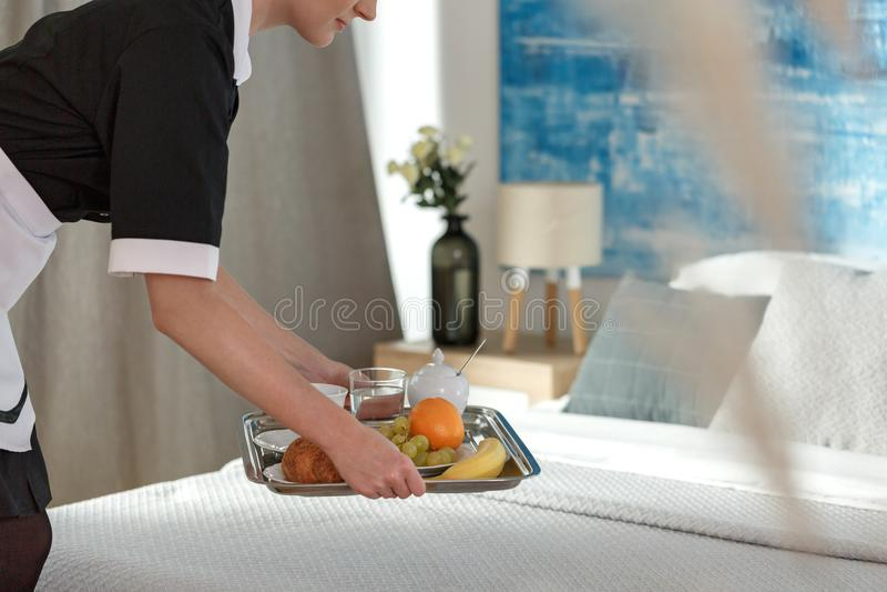 Mulher do serviço de sala que traz o café da manhã fotos de stock royalty free