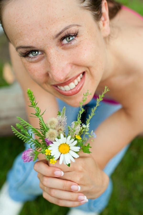 Mulher do smiley com posy fotografia de stock