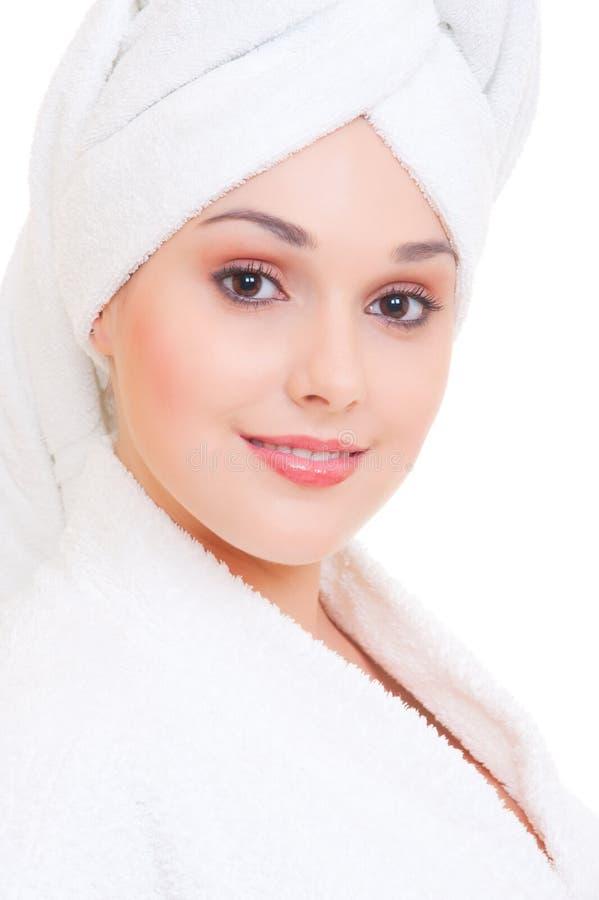 Mulher do smiley no bathrobe branco imagens de stock