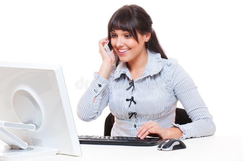 Mulher do smiley no escritório que fala no telefone foto de stock royalty free