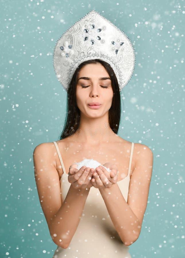 Mulher do smiley que guarda a neve no azul foto de stock royalty free