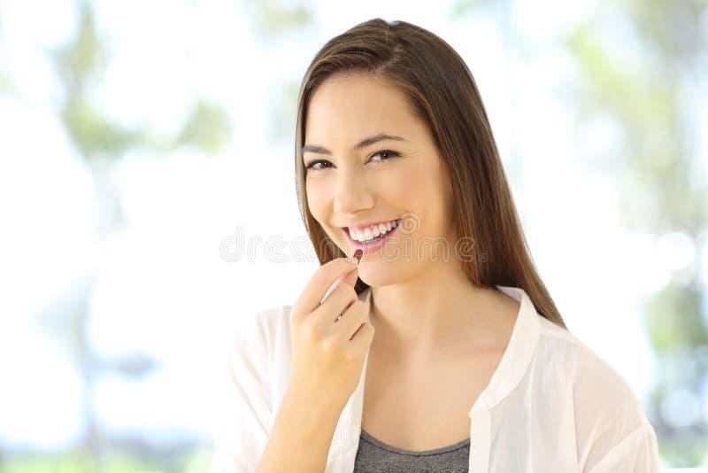 Mulher do smiley que toma um comprimido que olha o imagem de stock