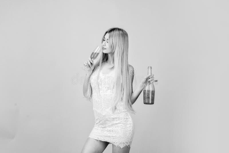 Mulher do Sommelier no trabalho Conhaque bebendo hangover Celebra??o do partido H?bito mau ?lcool 'sexy' da bebida da mulher Casa imagens de stock